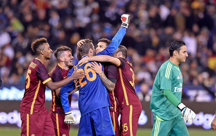 epa04851817 Goal keeper Morgan De Sanctis of AS Roma is congratulated by team-mates after he saved a shot from the penalty spot and beating Real Madrid during the match 1 between Real Madrid and AS Roma of the International Champions Cup, at the MCG in Melbourne, Australia, 18 July 2015. EPA/JOE CASTRO AUSTRALIA AND NEW ZEALAND OUT